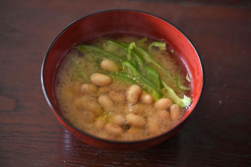 ピーマンと蒸し大豆の即席みそ汁の写真