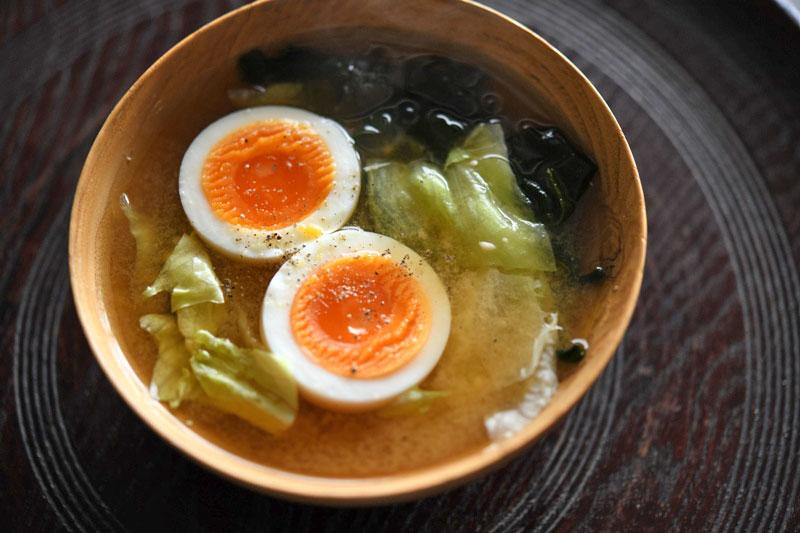 レタスとゆで卵の即席みそ汁の写真