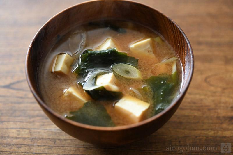 豆腐とわかめの味噌汁の写真