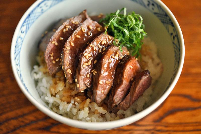 和風ステーキ丼の写真