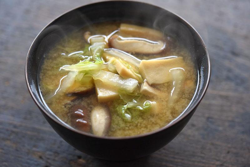 白菜と高野豆腐のみそ汁の写真
