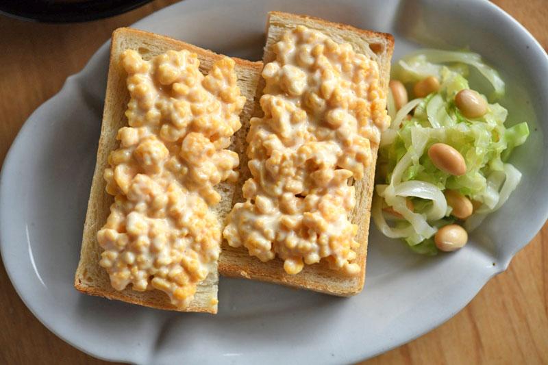 炒り卵マヨのっけパンの写真