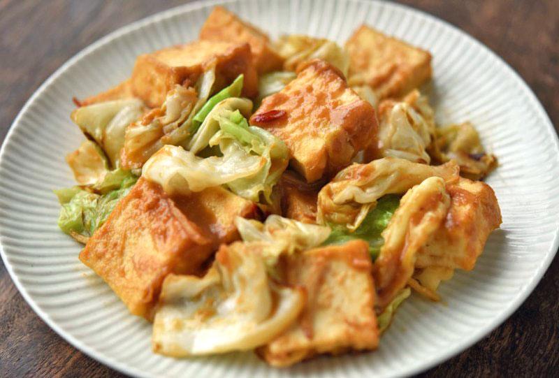 キャベツと厚揚げの味噌炒めの写真