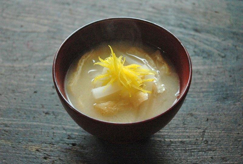 大根とせん切り柚子の味噌汁の写真
