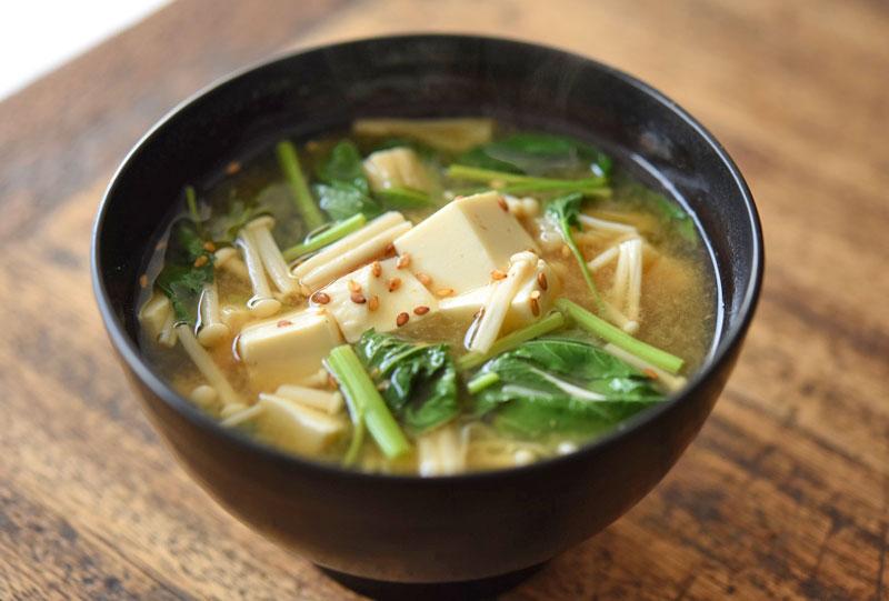 モロヘイヤと豆腐の味噌汁の写真