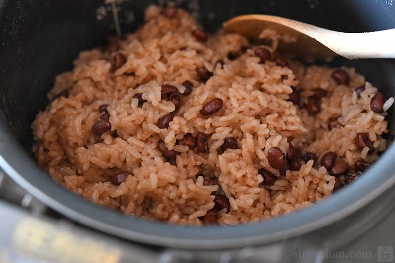 炊飯器で炊く赤飯の写真