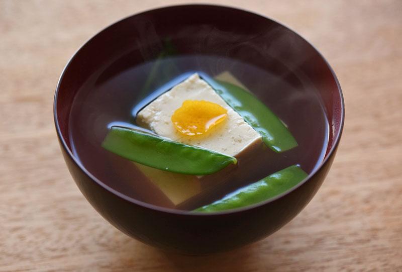 豆腐と絹さやのお吸い物の写真