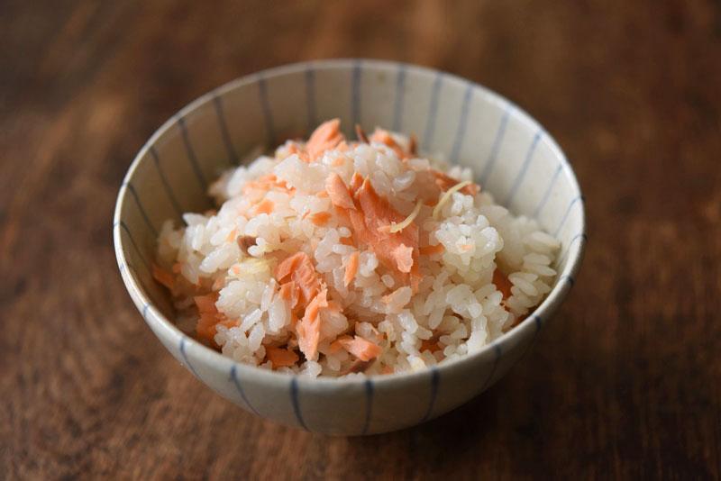 塩鮭で作る簡単炊き込みごはんの写真