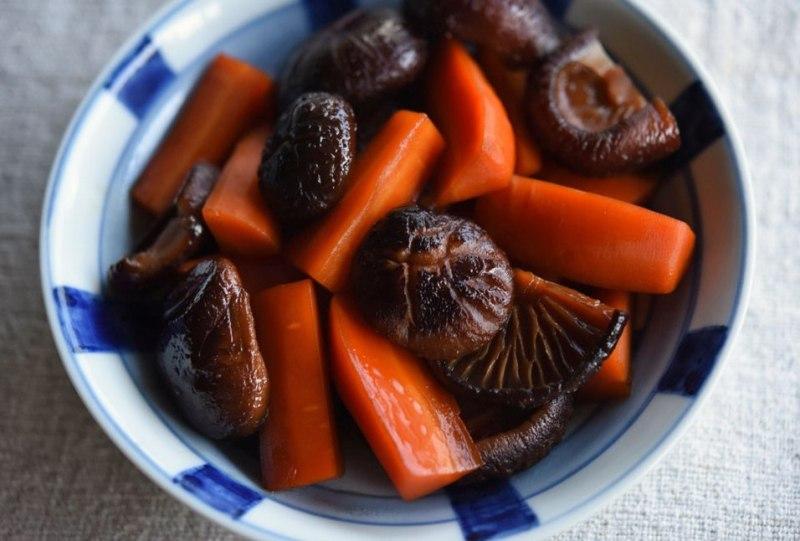 椎茸とにんじんの煮物の写真