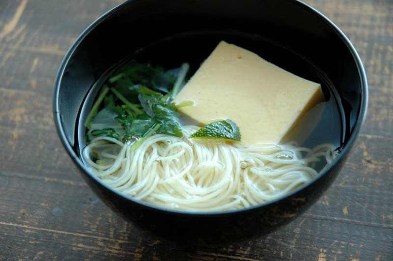 玉子豆腐のお吸い物の写真