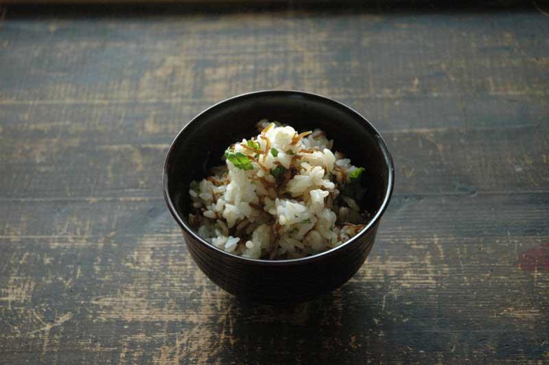 じゃこご飯(佃煮と木の芽の混ぜご飯)の写真